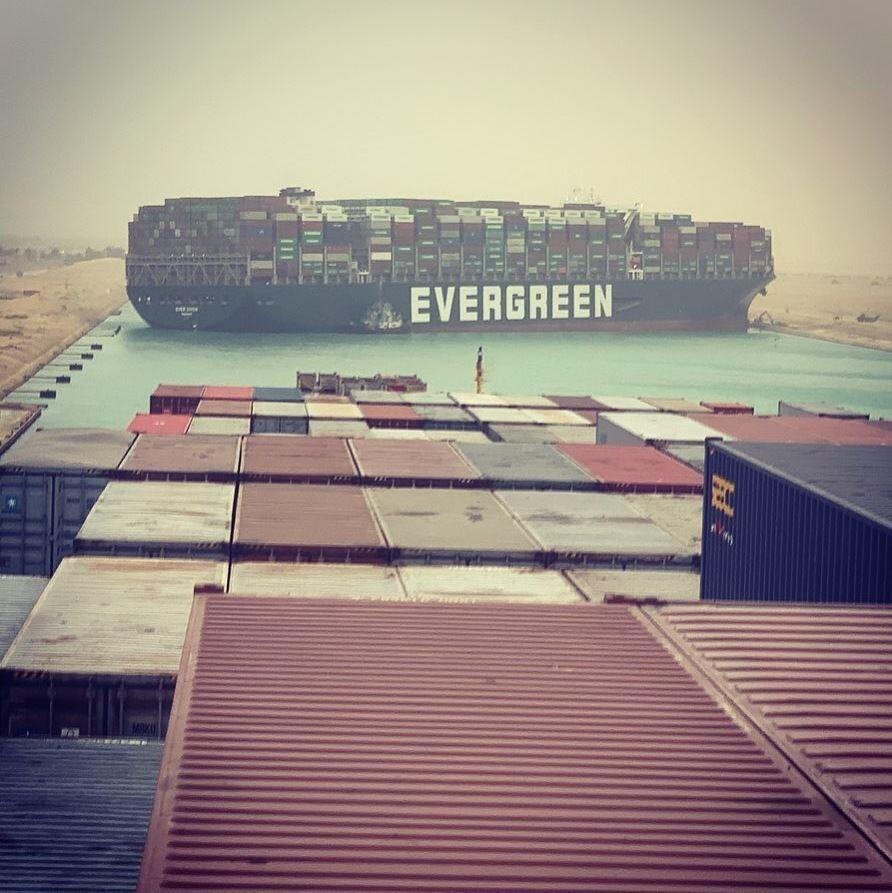 بسته شدن کانال سوئز در نتیجه تصادف یک کشتی تجاری حاوی کانتینرهای قطعات
