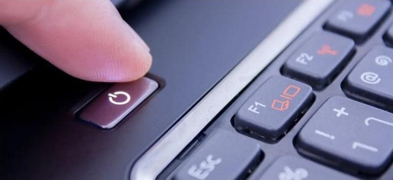 چرا خاموش کردن کامپیوتر از طریق فشردن و نگاه داشتن کلید پاور کیس ممکن است خطرناک باشد؟